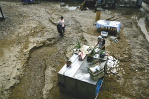 昨日,余姚市陆埠镇钟山东路,这里原是厂里的厨房,泥石流过后,一切都变了样 记者 高远 摄