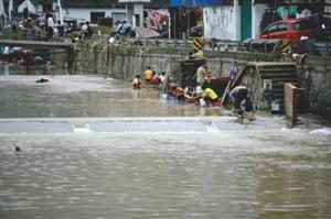 昨日,余姚市陆埠镇南雷村,积水已经退去,趁着天气放晴,不少村民到河中洗衣服、被褥 记者 高远 摄
