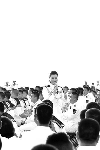 宋祖英走到官兵中与他们一起高唱《爱我中华》本报记者李韵摄