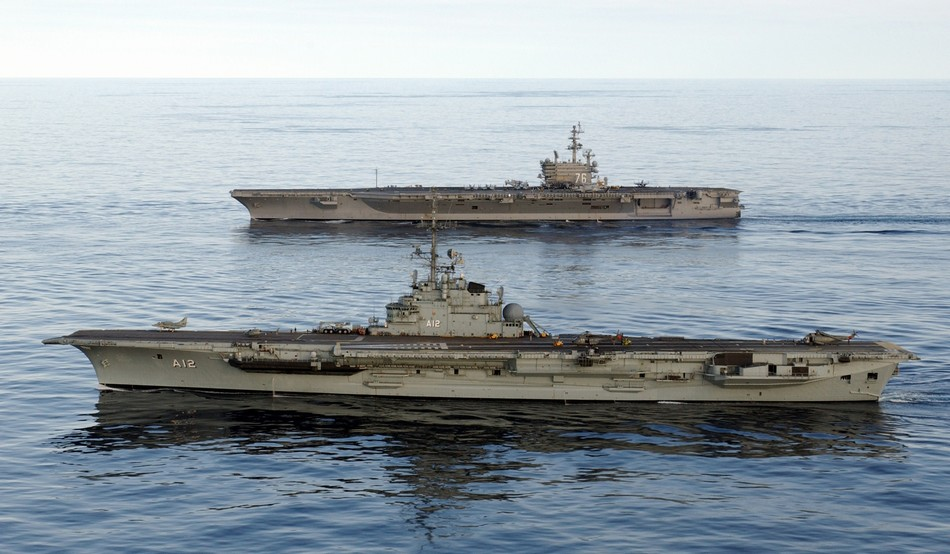 巴西海军圣保罗号航母与美国海军尼米兹级航母编队前进(资料图)