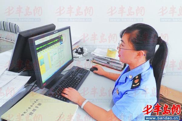 黄岛区工商局工作人员正在检测广告信息.