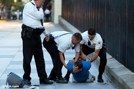 """事实上,白宫特工都算得上万里挑一的""""大内高手""""。2013年9月16日,向白宫北草坪投掷爆竹的男子很快就被白宫特工制伏。 (东方IC/图)"""