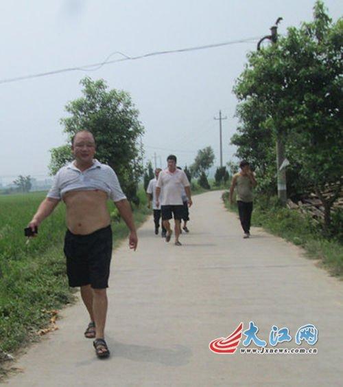 吉水县八都镇毛家村村支书毛建华(最前面)和参与打人的几个村民