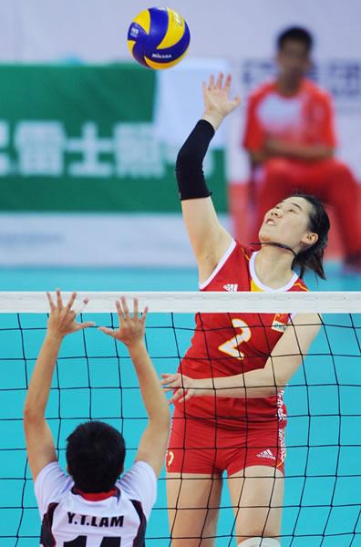 图文:中国女排进东亚运决赛 王云�比赛中扣球