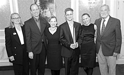 """9日,斯诺登领取""""最诚实情报人员""""奖,身旁是看望他的美前情报官员及维基解密记者。"""