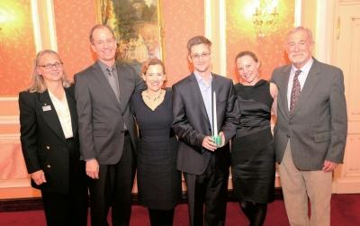 斯诺登(右三)领取萨姆・亚当斯奖后与颁奖人等合影。 图/CFP