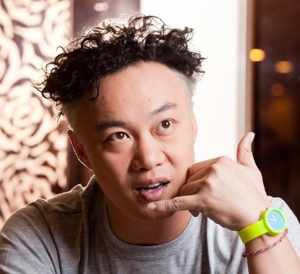 多年来他经典的泡面头发型是时尚潮流的指标,更是众多粉丝追捧和模仿图片