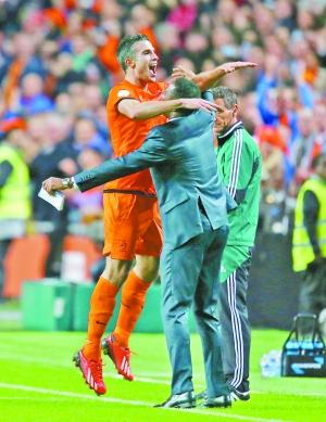 范佩西(左)进球后与克鲁伊维特拥抱庆祝.(东方IC)