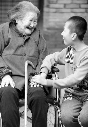 赵保珍/10月12日,河北省香河县安平镇二街村的百岁老人赵保珍(左)与...