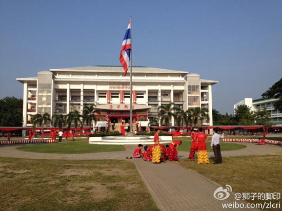 李克强总理13日上午到访清迈崇华新生华立学校,学生们在锣鼓声中表演舞龙和功夫扇迎接总理的到来。
