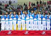 图文:女子排球中国队获冠军 领奖台上开心庆祝