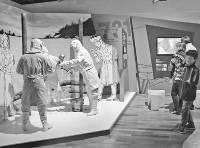 韩国民众观看有关日本关东军731部队用人体进行冻伤实验的模拟场景.