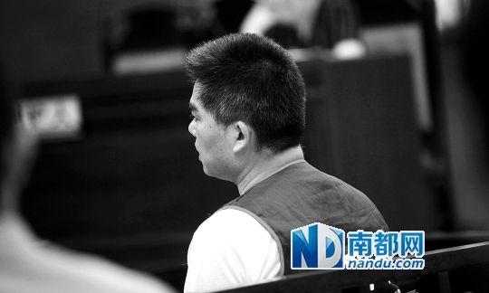 昨日上午,广州中院番禺沙湾法庭,被告人吴湛辉接受庭审,头发已变白。南都记者 方光明 摄