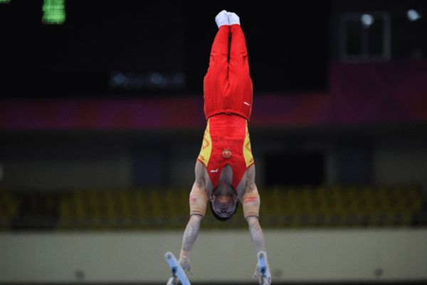 图文:东亚运体操比赛进行 刘榕冰双杠上倒立