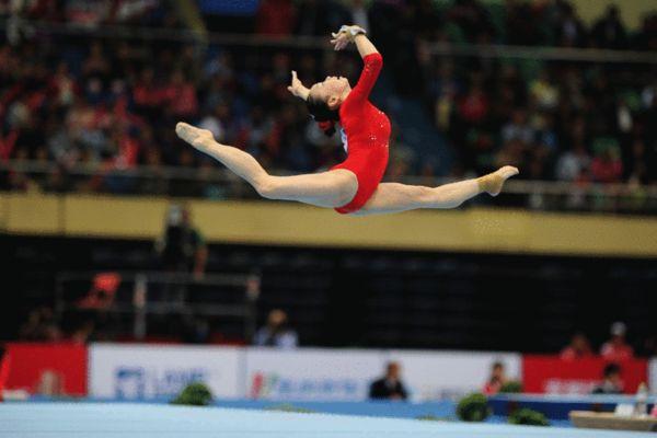 图文:东亚运体操比赛进行 谭思欣空中姿态优美