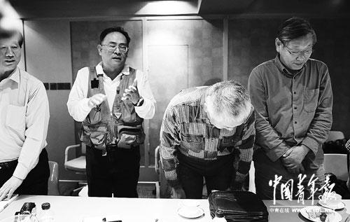 2013年10月7日,陈小鲁(右二)带领其他校友向老师鞠躬道歉。本报记者陈剑摄