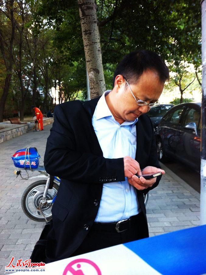 冀中星的辩护律师刘晓原到达朝阳法院,等候进入安检厅