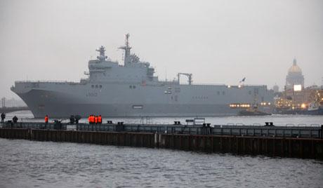 """10月15日,为俄海军建造的首艘""""西北风""""级直升机母舰在法国下水。"""