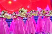 图文:第六届东亚运动会闭幕 舞蹈演员红衣亮眼