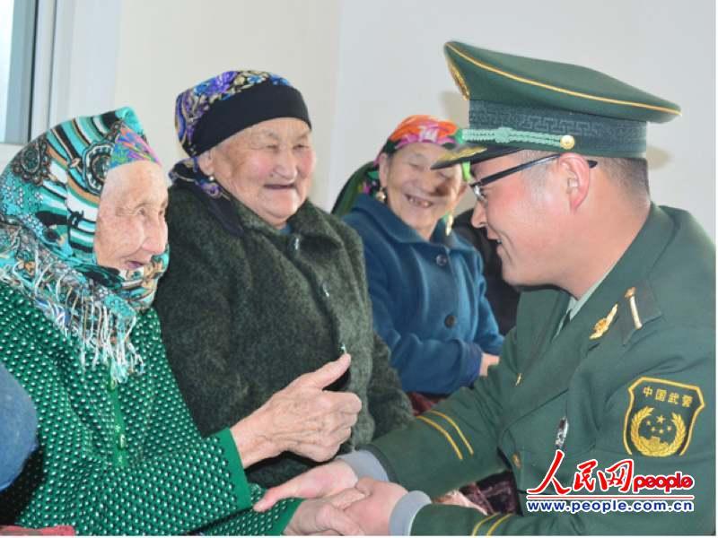 新疆公安边防官兵与少数民族群众共庆 古尔邦节 高清 组图