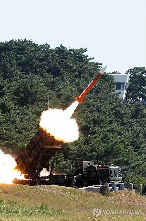 """韩国成功试射两枚""""爱国者""""PAC-2导弹"""