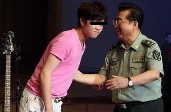 李天一与父亲李双江。(资料图)