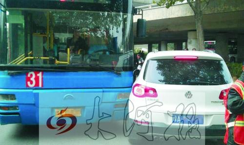 公交车与逆行轿车发生刮蹭