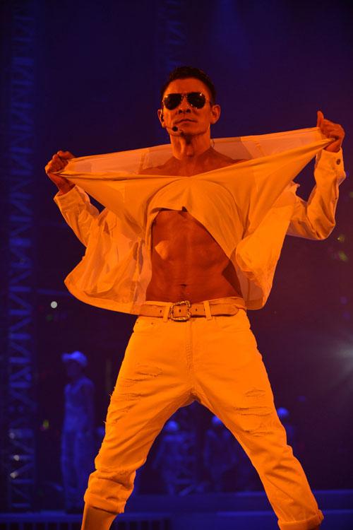 肌肉.点击观看现场高清组图-刘德华个唱撕衣秀肌肉 带领广州歌迷