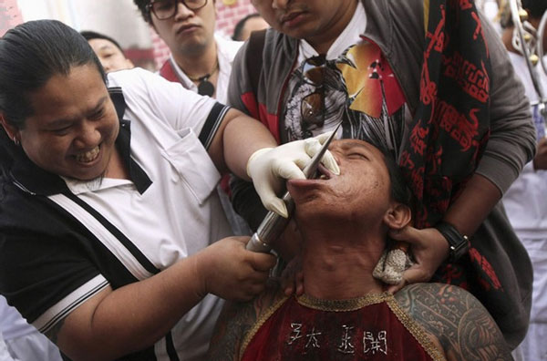 泰国穿刺仪式吓坏网友