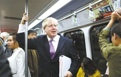 """伦敦市长鲍里斯·约翰逊体验乘坐北京地铁一号线,感叹""""人多、票价便宜""""。记者 韩萌 摄"""