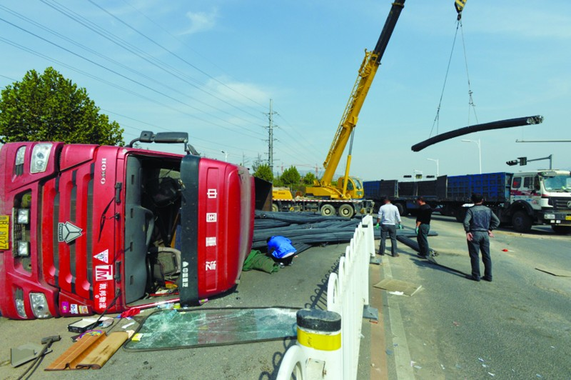 大货车打滚撒落百吨钢筋 市民睡梦中被巨响惊醒