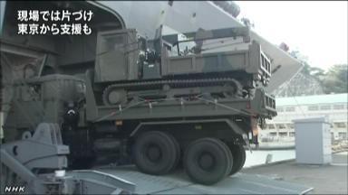 """日本自卫队出动""""大隅""""号运输舰向台风灾区运送重型救灾设备"""