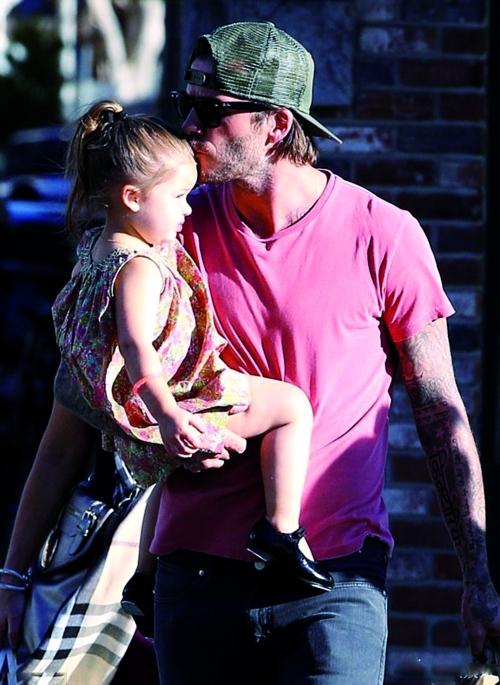 贝克汉姆抱着爱女小七图片