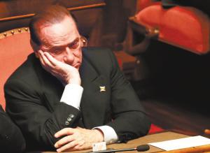 贝卢斯科尼出席参议院会议的资料照片。 新华社发