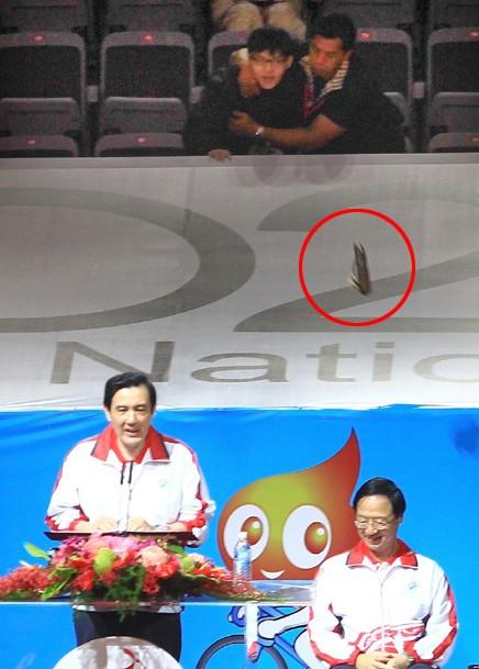 2013年台湾地区运动会开幕典礼10月19日在台北小巨蛋举行,观众席有民众丢鞋抗议。来源 台湾联合新闻网