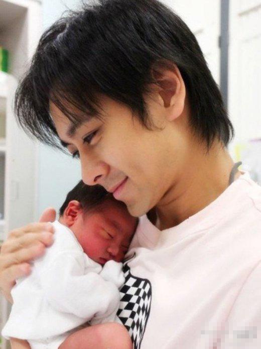 吴尊抱女儿接儿子+明星奶爸有爱瞬间(图)