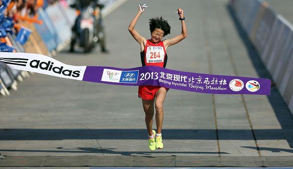 图文:2013北京马拉松赛 张莹莹冲过终点