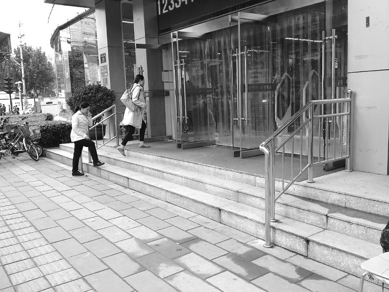手绘无障碍银行地图    10月16日,本报记者探访了石家庄市新火车站的