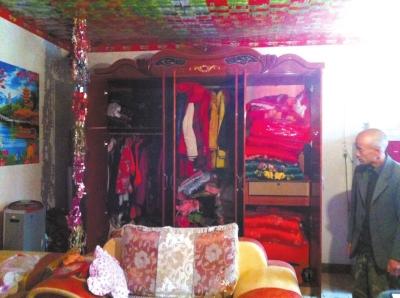 大衣柜里挂满了各式衣服和挎包。