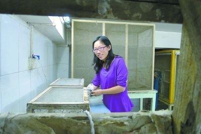 朱芬博士在她的研究室里。