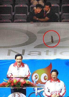 10月19日马英九在一个典礼上公开致辞时遭民众丢鞋抗议。来源 台湾联合新闻网