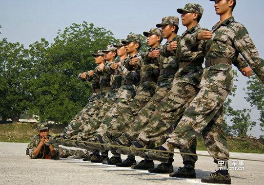 资料图:解放军班长正在检查纠正新兵军姿动作要领.