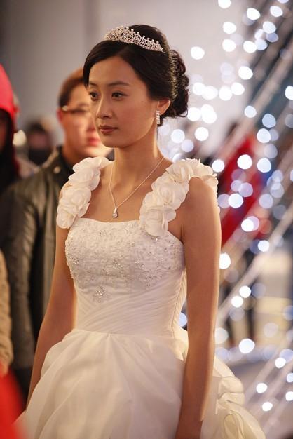 近日,演员徐翠翠也受到中国国际时装周的邀请为葛澜婚纱压轴走秀,重温