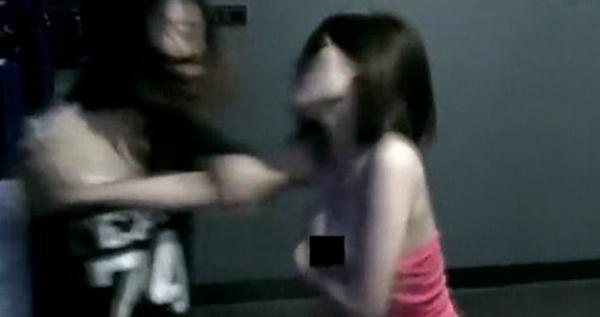 两美女为网游道具半裸互殴