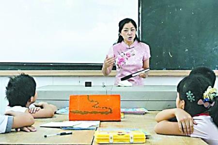 小学女老师轿车手持数学课:插入旗袍身穿折扇开美女图片评书图片