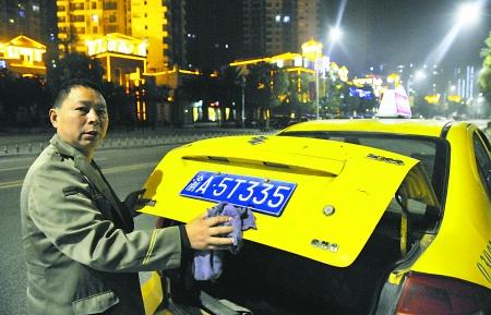 昨日,巴南鱼洞,的哥王某说起车辆被套牌的遭遇时很郁闷。 首席记者 钟志兵 摄