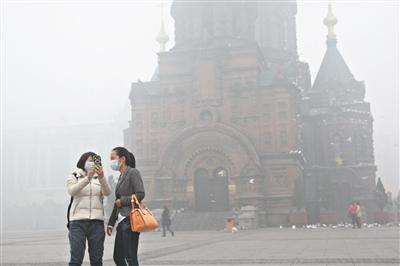 10月22日,哈尔滨市依旧雾霾围城。图/CFP