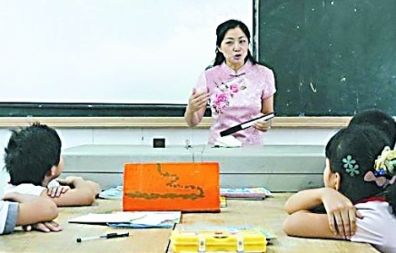 小学美女老师评书插数学课:穿旗袍手持折扇图