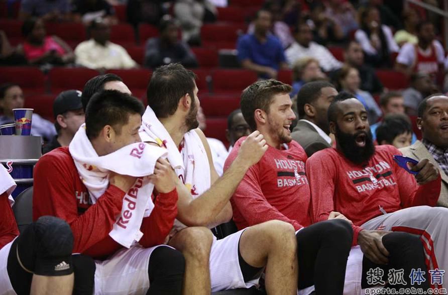 哈登/NBA季前赛火箭啦啦队热舞秀丰胸 大胡子哈登看呆了QQ截图...