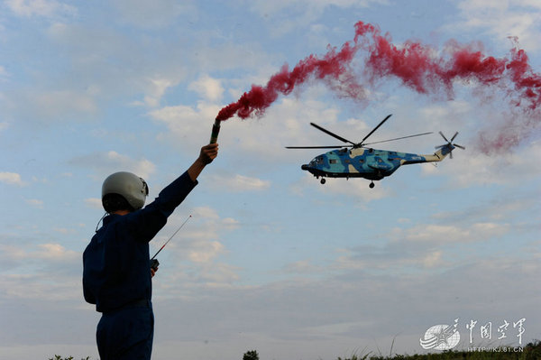 原文配图:解放军直升机突破大航程挺进远海练搜救。